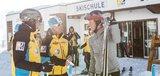 Gespräch zwischen Skilehrern und Erwachsenen