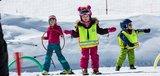 Kinder machen Übungen mit Ski