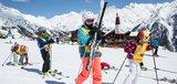 Kinder räumen Ski auf