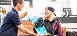Glücklicher Kunde mit neuem Snowboard
