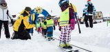 Kinder fahren Ski