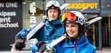 Skifahrer mit Ski auf der Schulter